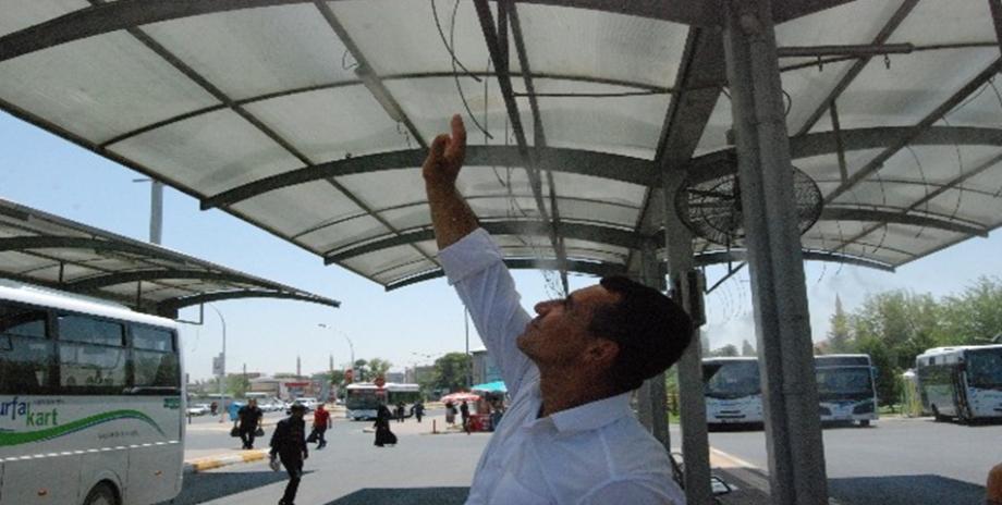 Şanlıurfa'da otobüs durakları ve kafeler fıskiyelerle serinletiliyor