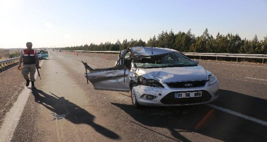 Şanlıurfa'da otomobil tıra çarptı: 2 yaralı