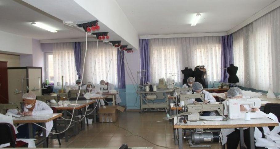 Şanlıurfa'da usta öğreticiler korona virüse karşı maske üretiyor