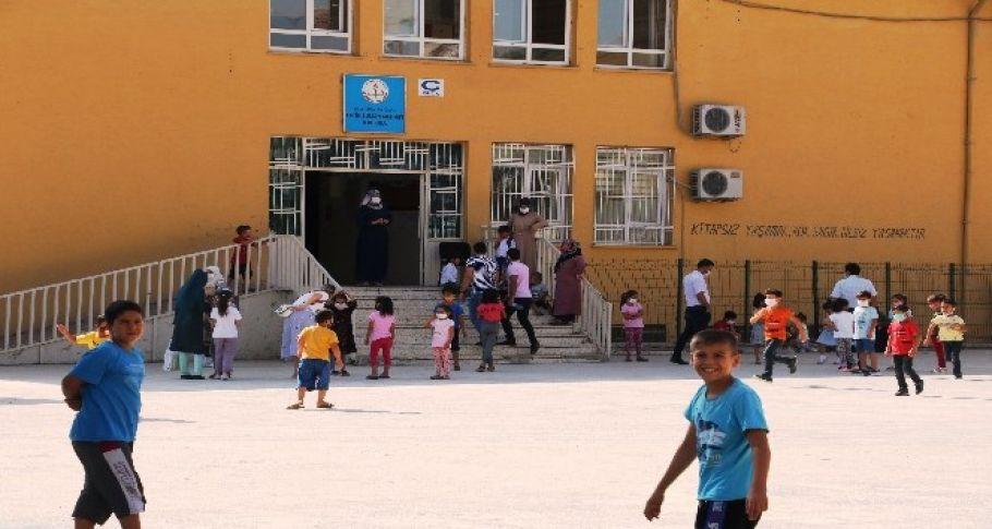 Şanlıurfa'da uzun bir aranın ardından okullar yüz yüze eğitim için kapılarını açtı.