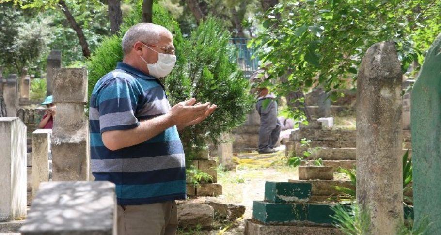 Şanlıurfa'da Yasağı duyan mezarlığa koştu