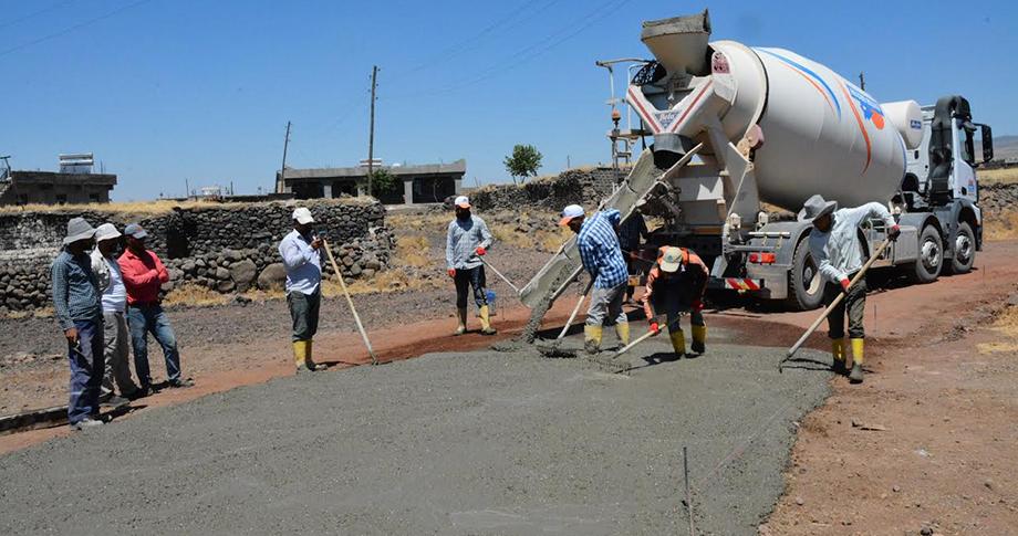 Siverek'te kırsal mahalleler beton yollarla örülüyor