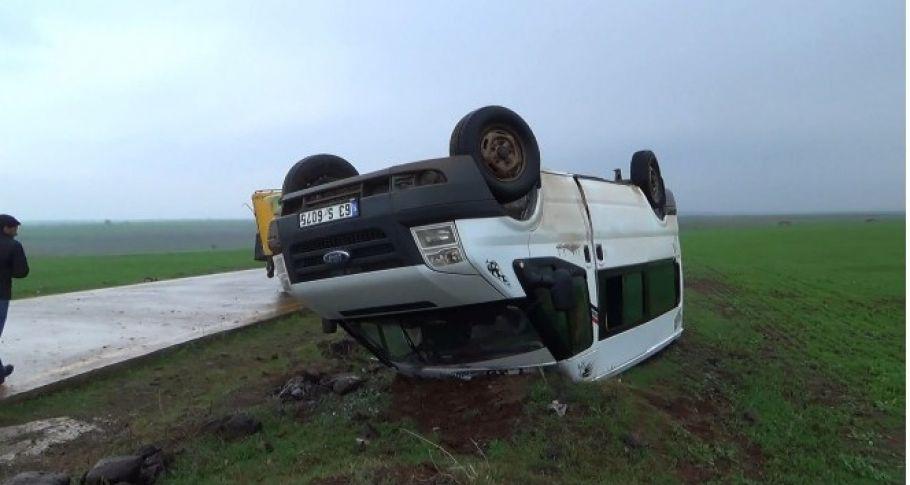 Siverek'te öğretmenleri taşıyan minibüs takla attı: 13 yaralı