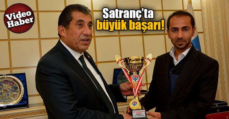 Sporcular, kupaları Başkan Atilla'ya teslim etti
