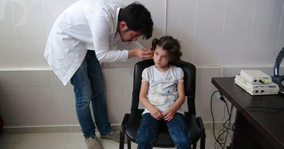Suriyeli çocuklar işitme cihazıyla yeniden duyuyor