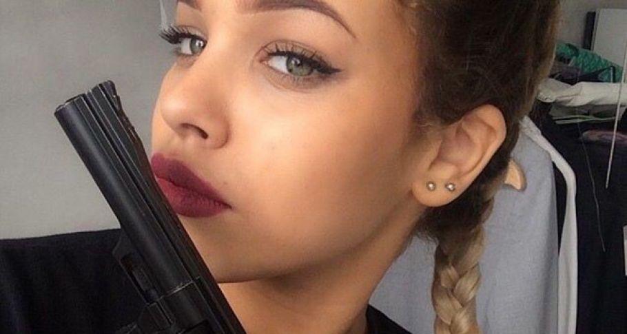 Tabancayla selfie çeken kız kendisini vurdu