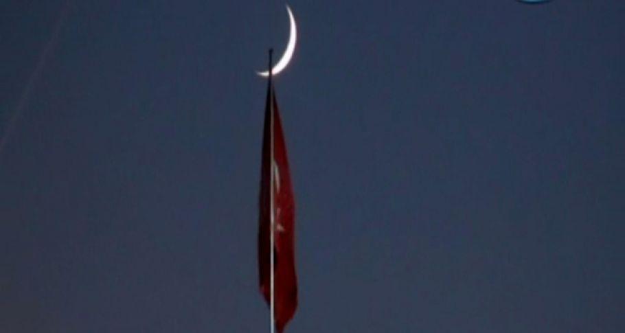 Taksim Camii üzerinde görülen hilal manzarası mest etti