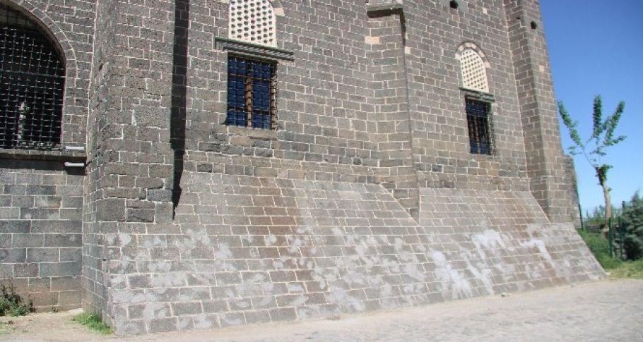 Tarihi caminin dokusuna zarar verildi