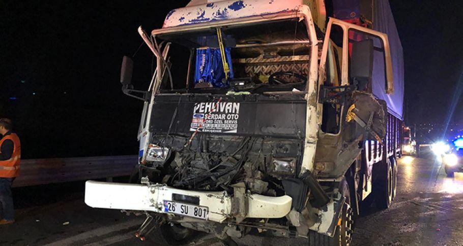 TEM otoyolunda iki kamyon çarpıştı: 1 yaralı
