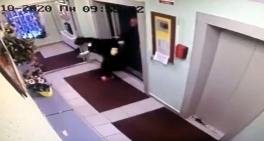Temizlikçi kadını asansörden dışarı fırlattı
