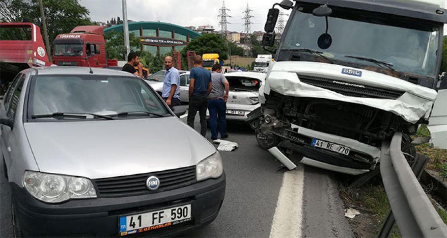 Tır, 6 otomobili biçti: 3 yaralı