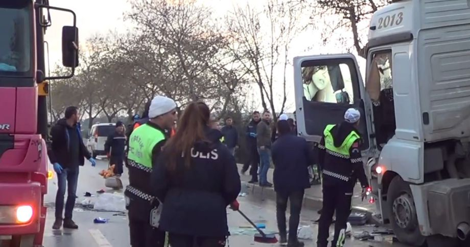 Tır ile minibüs çarpıştı: 4 ölü, 16 yaralı