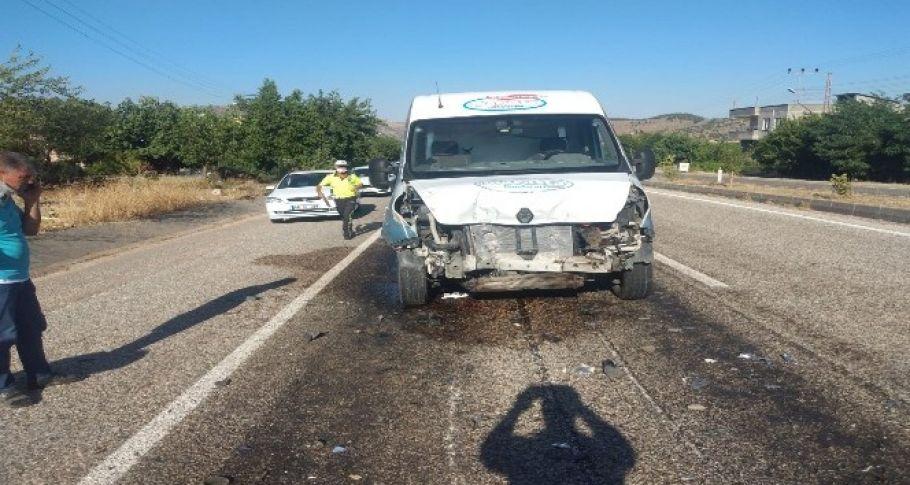 Traktöre çarpan minibüs sürücüsü yaralandı