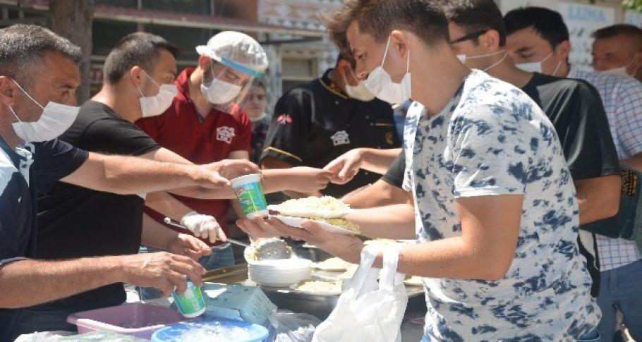 TÜGVA'dan yüzlerce kişiye pilav ikramı