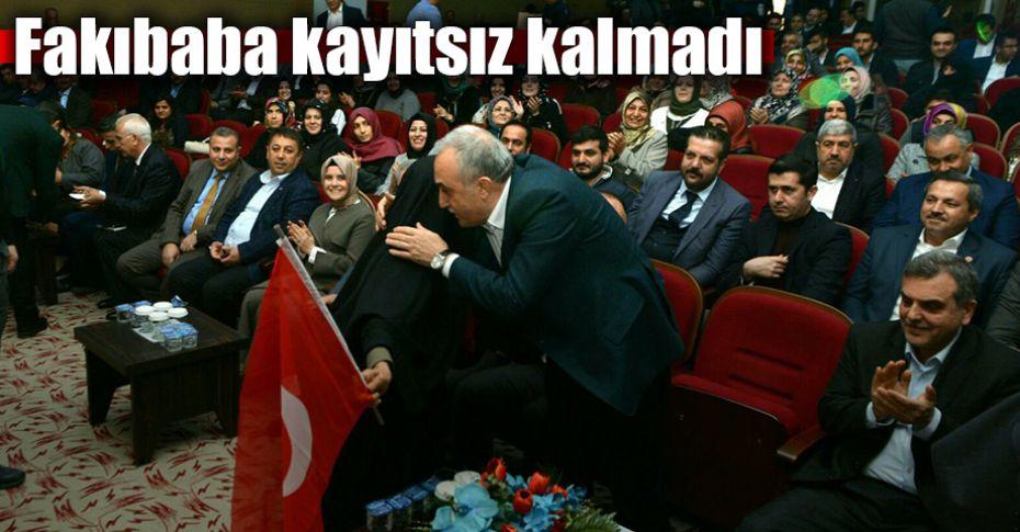 Türk Bayraklı yaşlı kadın toplantının ilgi odağı oldu