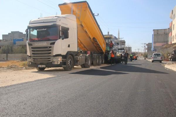 Urfa'da yollar asfaltlanarak hizmete sunuluyor