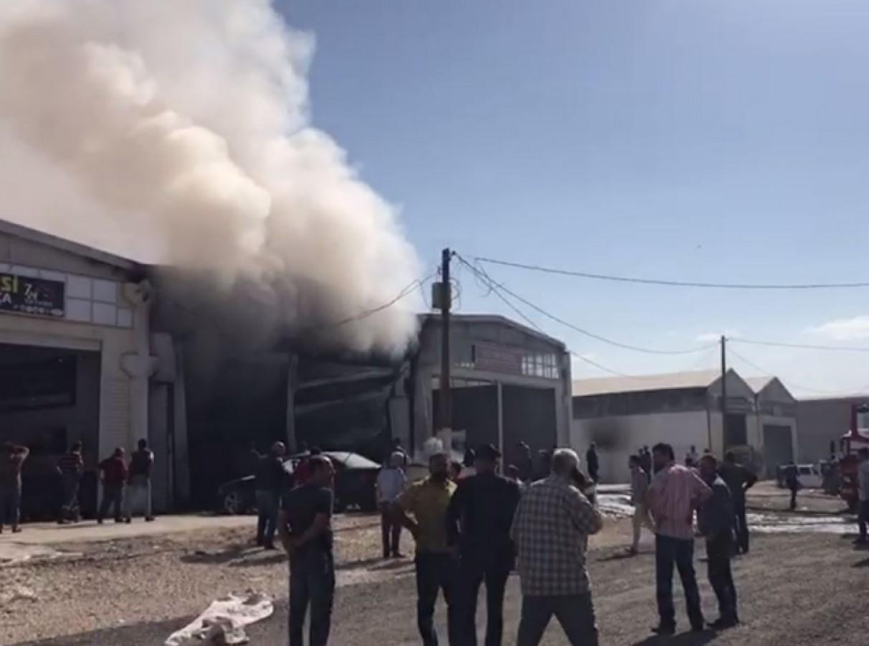 Urfa'daki tır kazası iş yerini kül etti!
