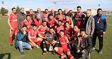 Fevzi Demirkol Oyunculara Kupa ve Madalyalarını Takdim Etti