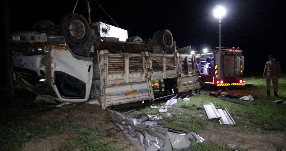 Mültecileri taşıyan kamyon devrildi:Çok sayıda ölü,yaralı var