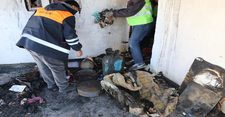 Viranşehir Belediyesi yanan evin ardından temizlik çalışması yaptı