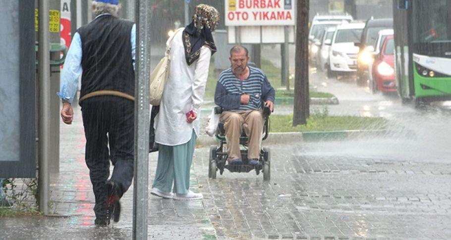 Yağmura yakalanan engelli adamın zor anları