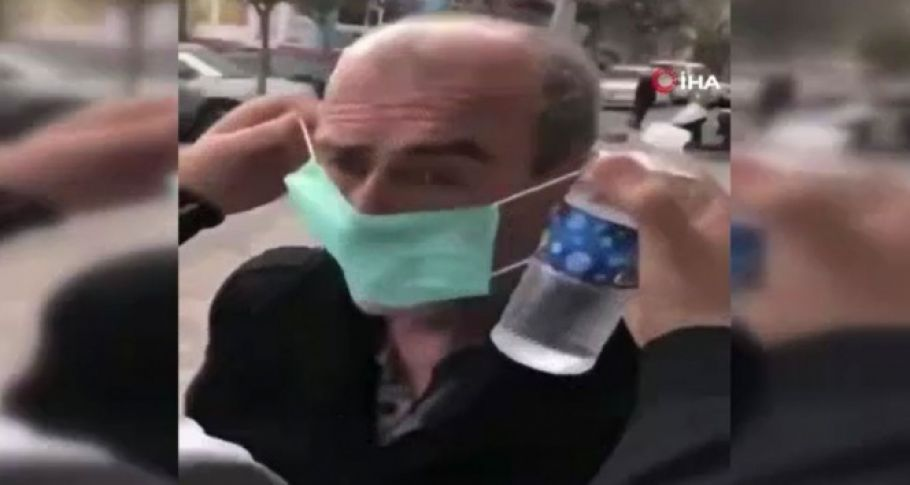 Yaşlı adamı zorla durdurup başına kolonya döktüler (videolu)