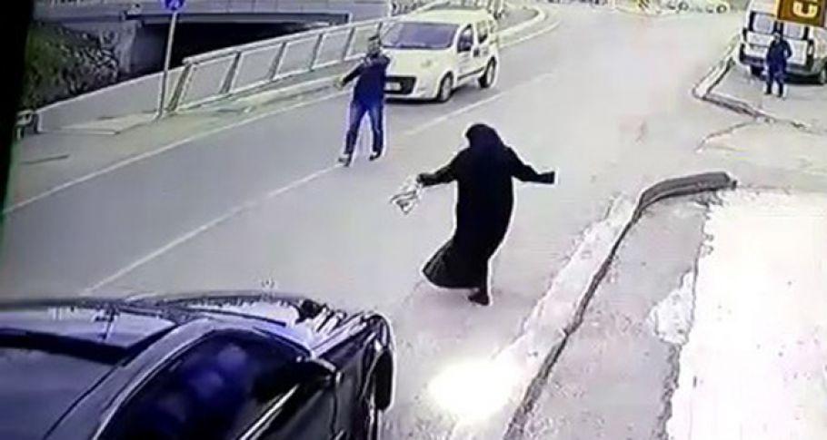 Yaşlı Kadına Böyle Yardım Etti,İnsanlık Ölmemiş Dedirtti