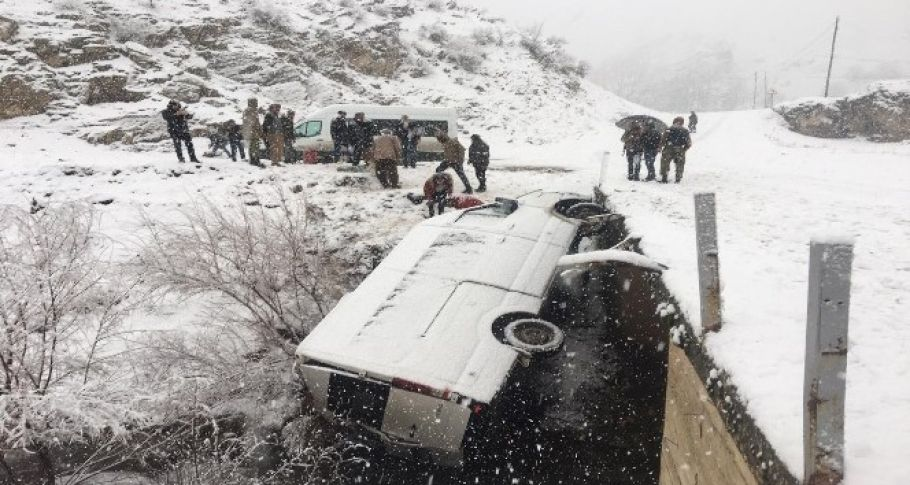 Yolcu minibüsü şarampole yuvarlandı: 5 yaralı