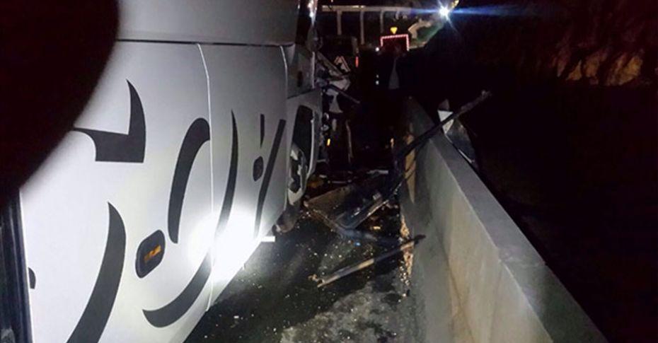 Yolcu otobüsü tıra çarptı: 14 yaralı