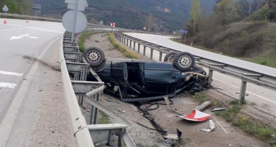 Yoldan çıkan otomobil takla atarak refüje düştü