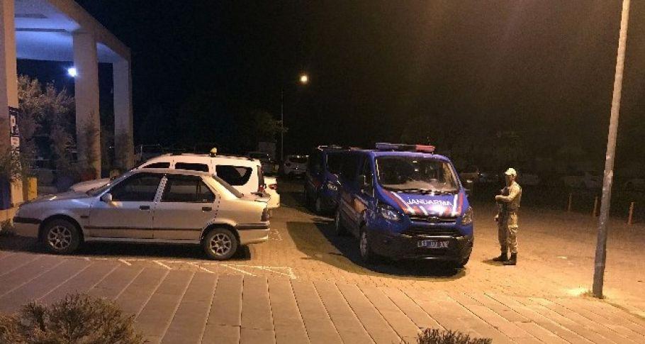 Yolun karşısına geçmeye çalışan anne ve kızına otomobil çarptı: 2 yaralı